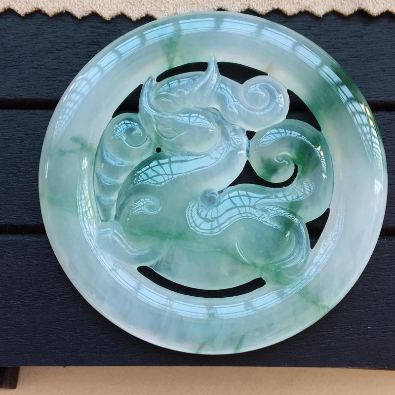 自然光实拍,缅甸a货翡翠,飘花麒麟牌,种好细腻,花色漂亮,大件水润,佩戴佳品