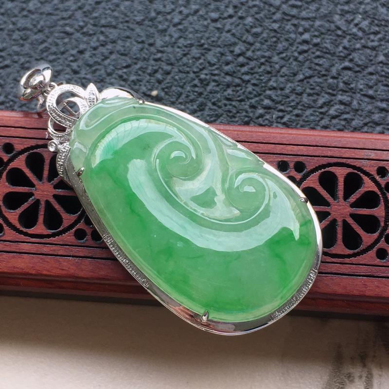 缅甸翡翠18K金伴钻镶嵌浅绿如意吊坠,颜色好,玉质细腻,雕工精美,佩戴送礼佳品,包金尺寸: 48.4