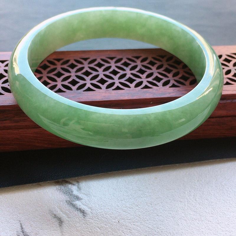 缅甸翡翠57圈口浅绿正圈手镯,自然光实拍,颜色漂亮,玉质莹润,佩戴佳品,尺寸:57.3*12.4*7