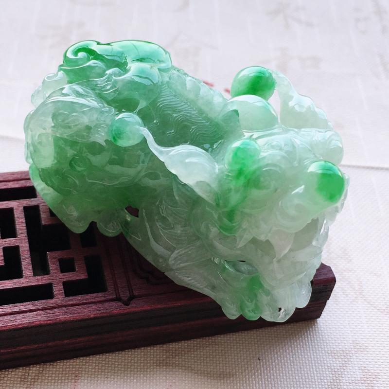 自然光实拍冰润精工雕飘绿招财貔貅吊坠,质地细腻呦结,通透冰润,颜色均匀,无纹裂,规格:55.8*32