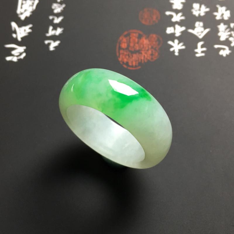 糯化种带色指环 外径29.5宽9厚4毫米 内直径21毫米 水润通透 翠色艳丽