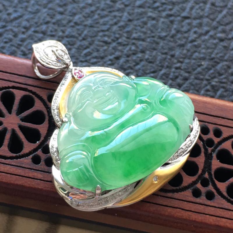 缅甸翡翠18K金伴钻镶浅绿佛公嵌吊坠,颜色好,玉质细腻,雕工精美,佩戴送礼佳品,包金尺寸: 31.7