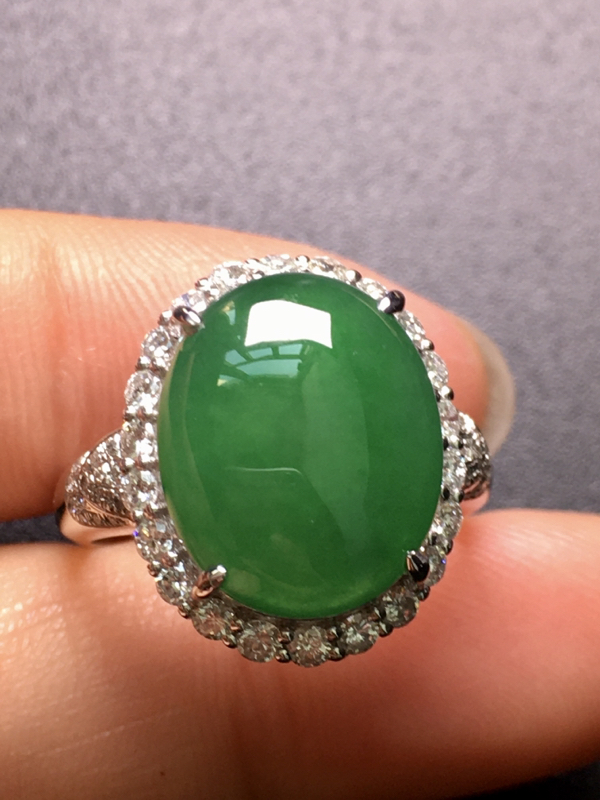 翡翠A货,满绿蛋面戒指,18K金伴钻镶嵌,完美,种水超好,性价比高。