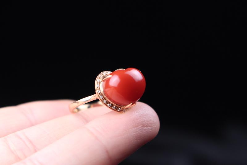 【戒指】小锦红心形镶嵌女戒,18k玫瑰金包边镶嵌,饱满圆润,立体感十足,精致优雅,整体无胶无裂无杂。
