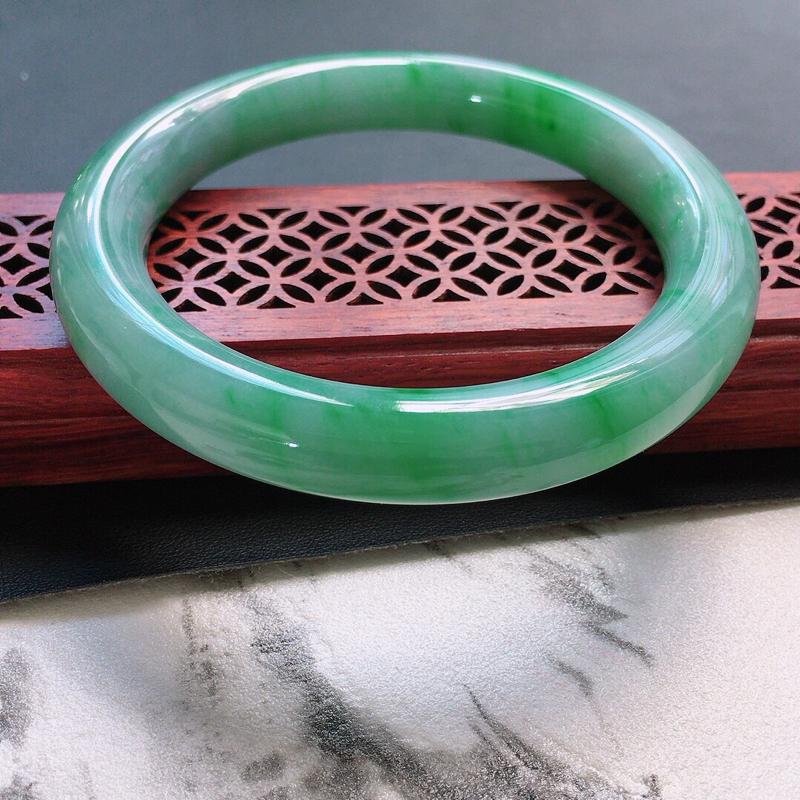 缅甸翡翠58圈口带绿圆条手镯,自然光实拍,颜色漂亮,玉质莹润,佩戴佳品,尺寸:58.5*10.6*1