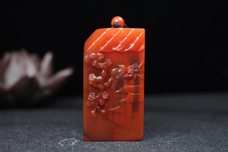【喜上眉梢】柿子红带冻浅浮雕刻喜上眉梢,颜色红润艳丽,根茎脉络清晰明了,喜鹊飞落上梅花树枝之上,背整