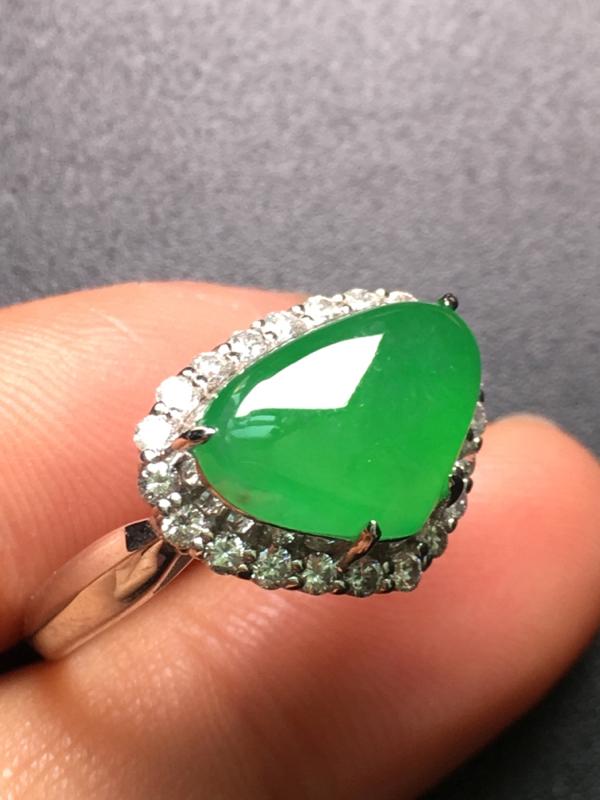 翡翠A货,阳绿戒指,18K金伴钻镶嵌,完美,种水超好,性价比高。