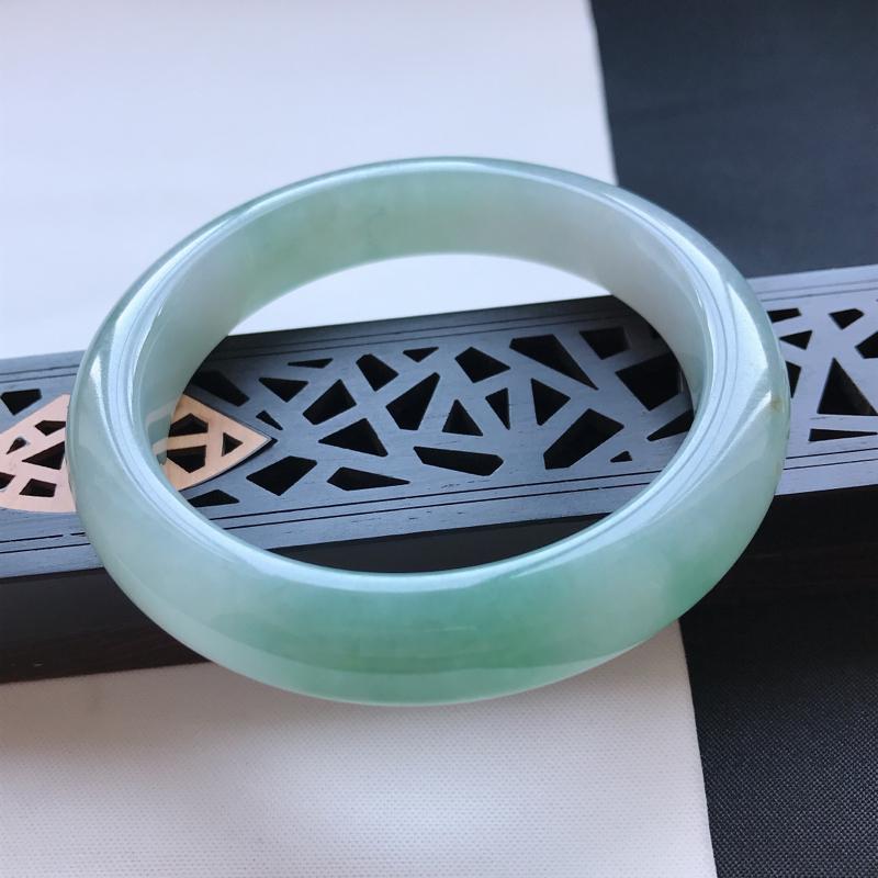 天然翡翠A货糯化种飘绿正圈手镯,尺寸56.6-12.9-8.9mm,有纹玉质