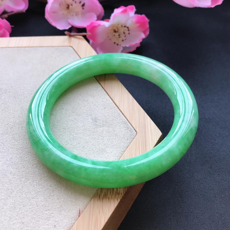 天然翡翠A货细糯种飘绿圆条手镯,尺寸56.9-10.4-10mm,有纹玉质细