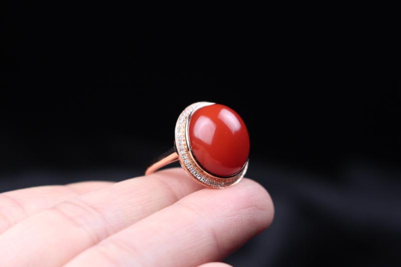 【戒指】小锦红蛋面镶嵌,18k玫瑰金满钻豪镶包边设计,富贵奢华,底部没有封底,料子完整性强,油润细腻