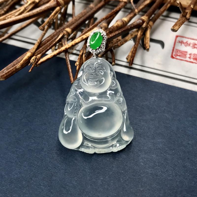 高冰种布袋佛,相传布袋佛的袋子里装着的,是我们每一个人追求的幸福。高冰种水,冰透起光,18K金镶