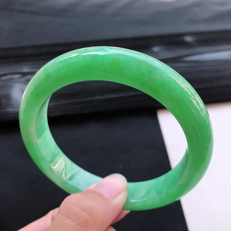糯种阳绿满色正装手镯、圈口59.5/12.6/8.8、玉质细腻水润,条形大方,种水好,佩戴效果极佳