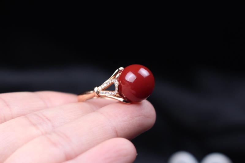 【戒指】玫瑰红偏红圆珠镶嵌女戒,18k玫瑰金镶嵌,如花瓣包裹衬托,高贵神秘,整体无胶无裂无杂。