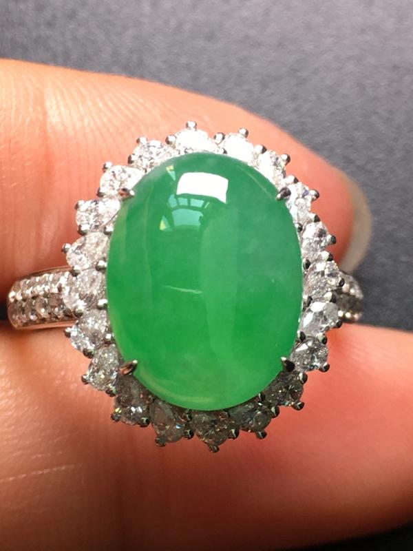 翡翠A货,阳绿蛋面戒指,18K金伴钻镶嵌,完美,种水超好,性价比高。