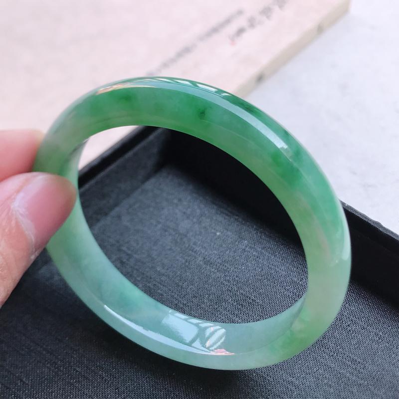 正圈59,缅甸天然翡翠好种冰润手镯,尺寸 :59*12.5*7.7,玉质细腻水润 ,飘绿 ,条形漂亮
