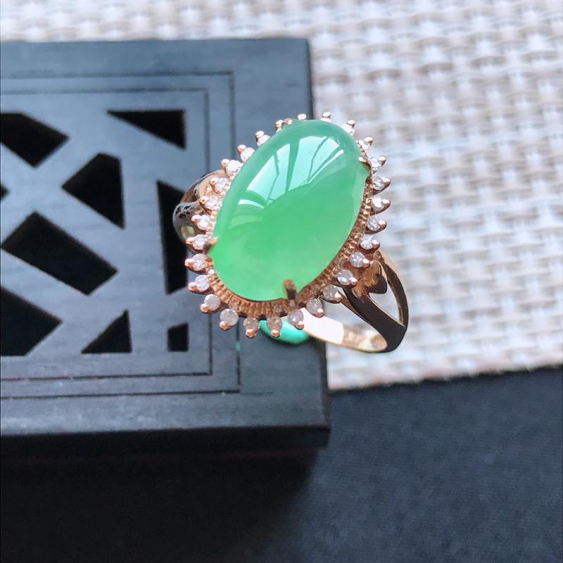 天然翡翠A货18K金镶嵌伴钻糯化种满绿精美蛋面戒指,内径尺寸18.1mm,裸石