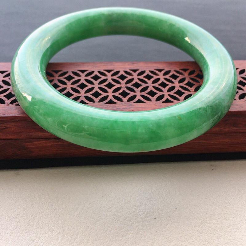 缅甸翡翠56圈口浅绿圆条手镯,自然光实拍,颜色漂亮,玉质莹润,佩戴佳品,尺寸:56.1*11.6*1