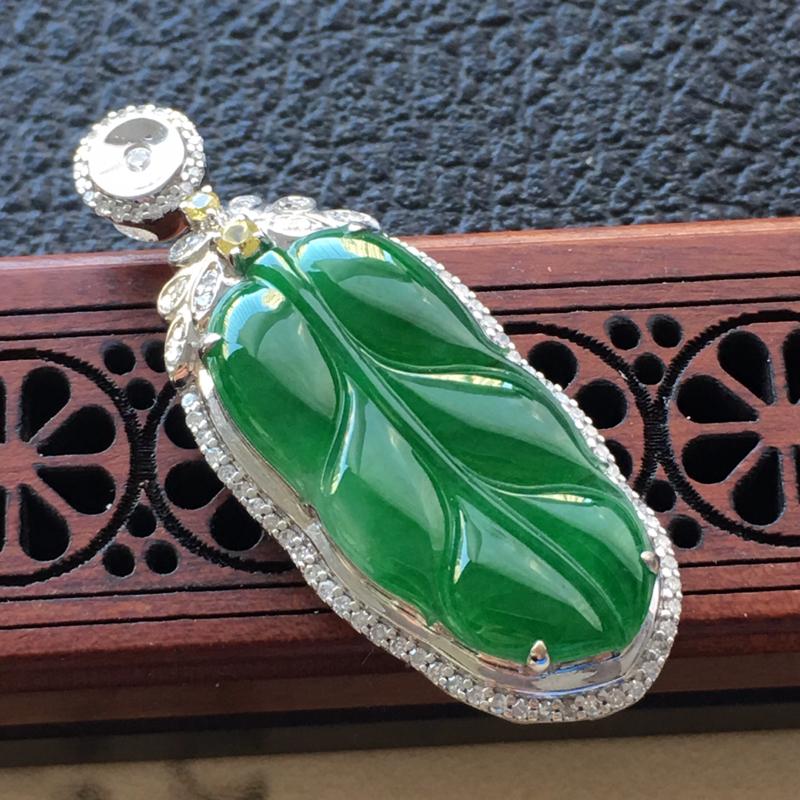缅甸翡翠18K金伴钻镶嵌满绿叶子吊坠,颜色好,玉质细腻,雕工精美,佩戴送礼佳品,包金尺寸: 40.4