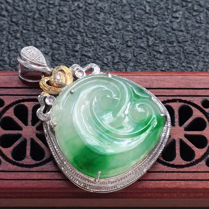 缅甸翡翠18K金伴钻镶嵌带绿如意吊坠,颜色好,玉质细腻,雕工精美,佩戴送礼佳品,包金尺寸:31.8*