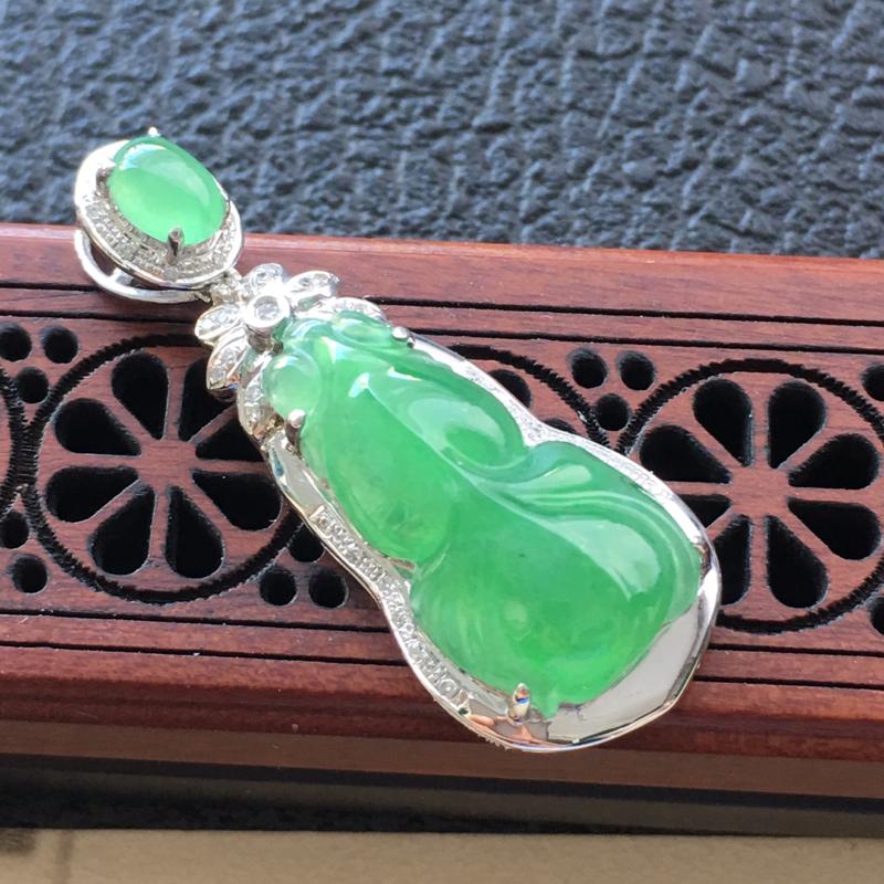 缅甸翡翠18K金伴钻镶嵌浅绿年年有余吊坠,颜色好,玉质细腻,雕工精美,佩戴送礼佳品,包金尺寸: 35