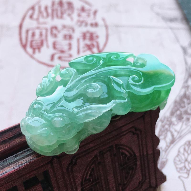 自然光实拍莹润浅绿招财貔貅吊坠,质地细腻呦结,通透冰润,颜色均匀,无纹裂,规格:46*23*11.5