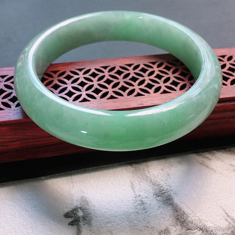 缅甸翡翠57圈口浅绿正圈手镯,自然光实拍,颜色漂亮,玉质莹润,佩戴佳品,尺寸:57.8*13.0*8