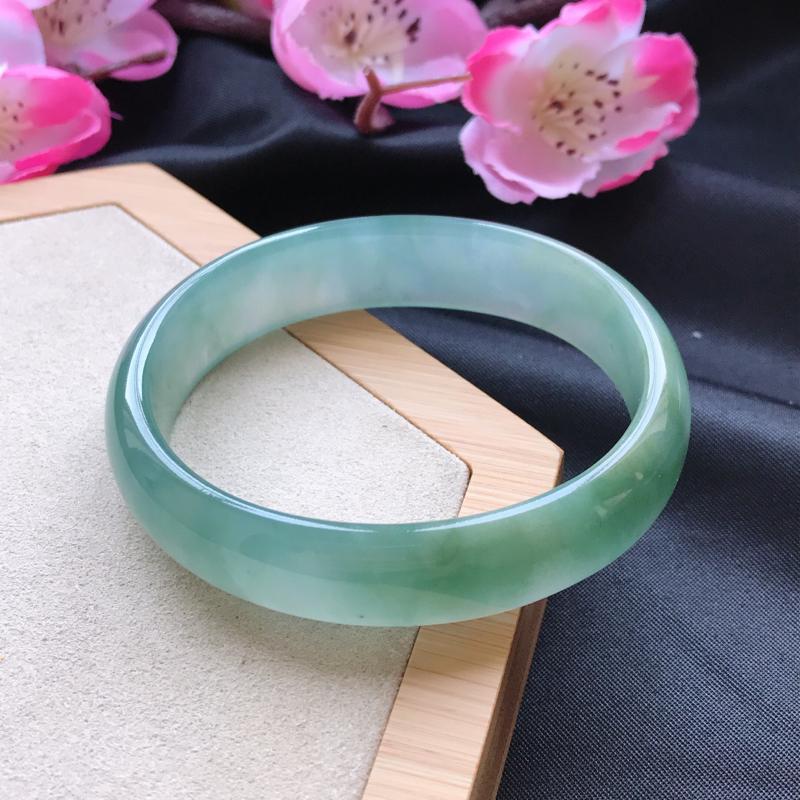 天然翡翠A货细糯种飘绿贵妃手镯,尺寸55.1-47.5-13.7-5.9mm,有