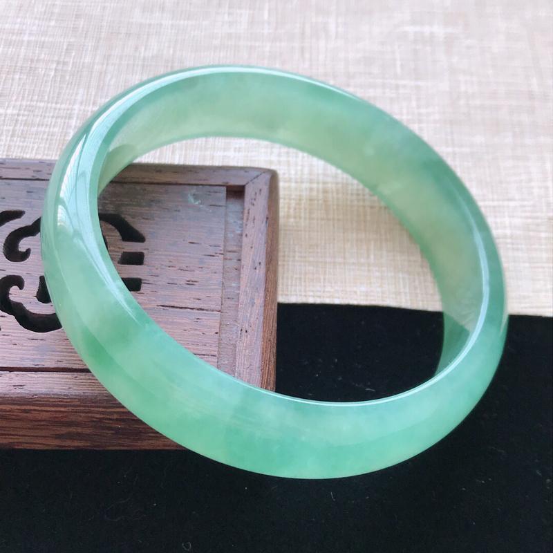 正圈:57.5。天然翡翠A货老坑冰糯种满绿手镯。玉质莹润,佩戴奢华优雅。尺寸:57.5*14*6.5