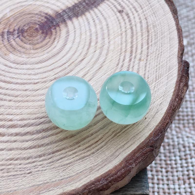 自然光实拍,缅甸a货翡翠,冰种路路通一对,种好水润,玉质细腻,雕工精细,漂亮,品相佳,有孔可直接佩戴