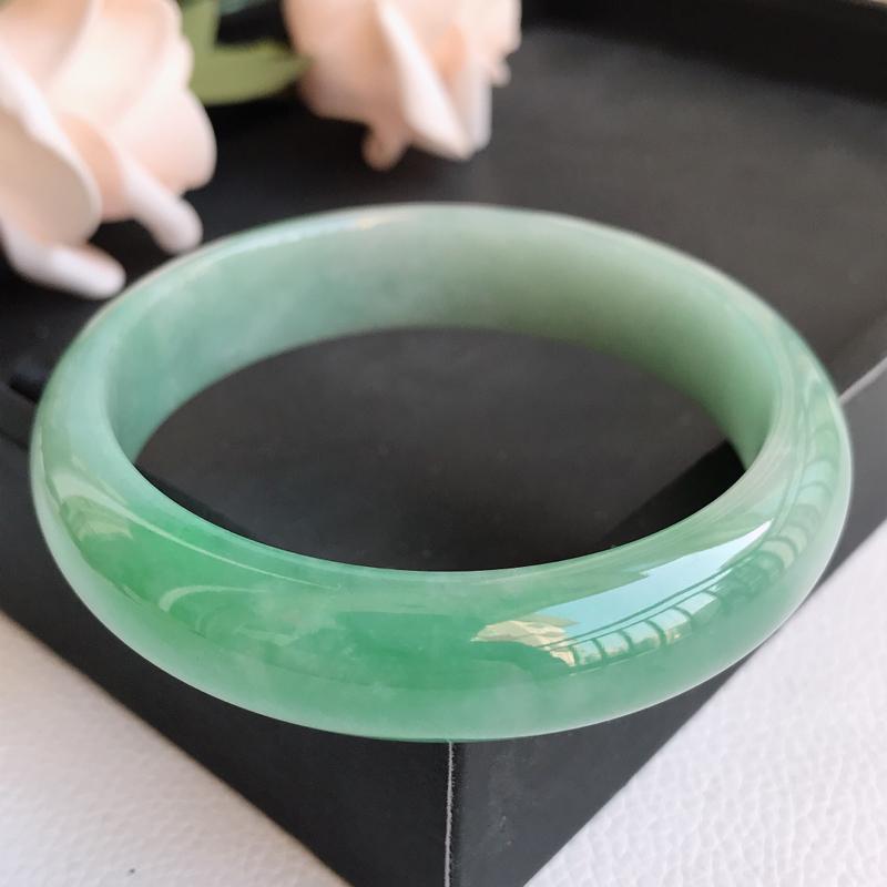 自然光拍摄 圈口58mm 细糯种飘绿正圈手镯C127 玉质细腻水润,条形大方,高贵优雅,端庄大气 温