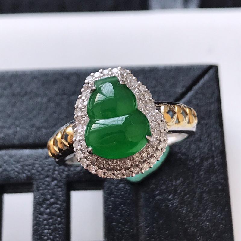 天然翡翠A货。满绿葫芦戒指。圈口:17mm。18K金镶嵌伴钻。水润通透,色泽鲜艳。镶金尺寸:13.7