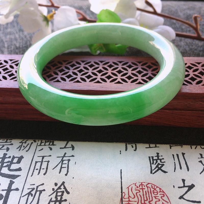 缅甸翡翠56圈口带绿圆条手镯,自然光实拍,颜色漂亮,玉质莹润,佩戴佳品,尺寸:56.1*11.8*1