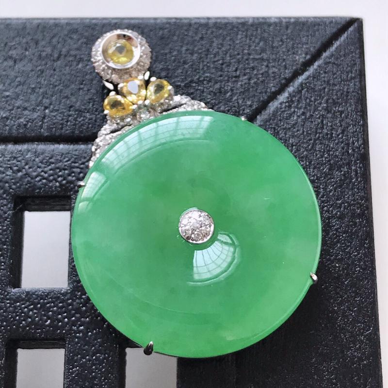 天然翡翠A货。满绿平安扣吊坠,18K金镶嵌伴钻。玉质莹润,色泽鲜艳。镶金尺寸:33*22.5*6.6