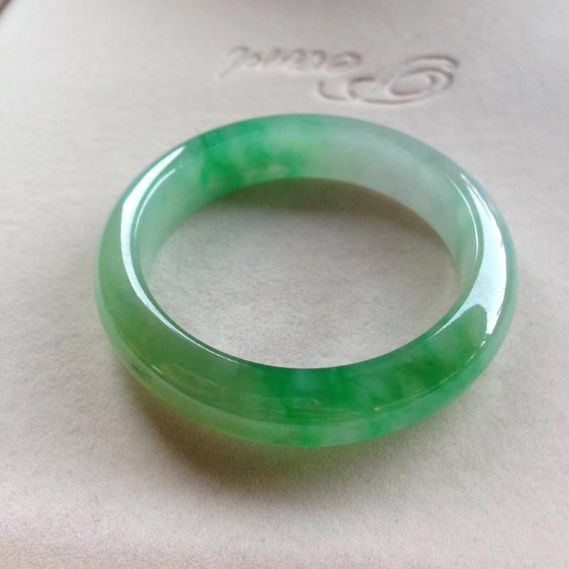 飘阳绿正圈镯,尺寸52*13.5*9 老坑种水,纯净细腻,通透明亮,颜色明媚,高贵典雅,漂亮惹眼!