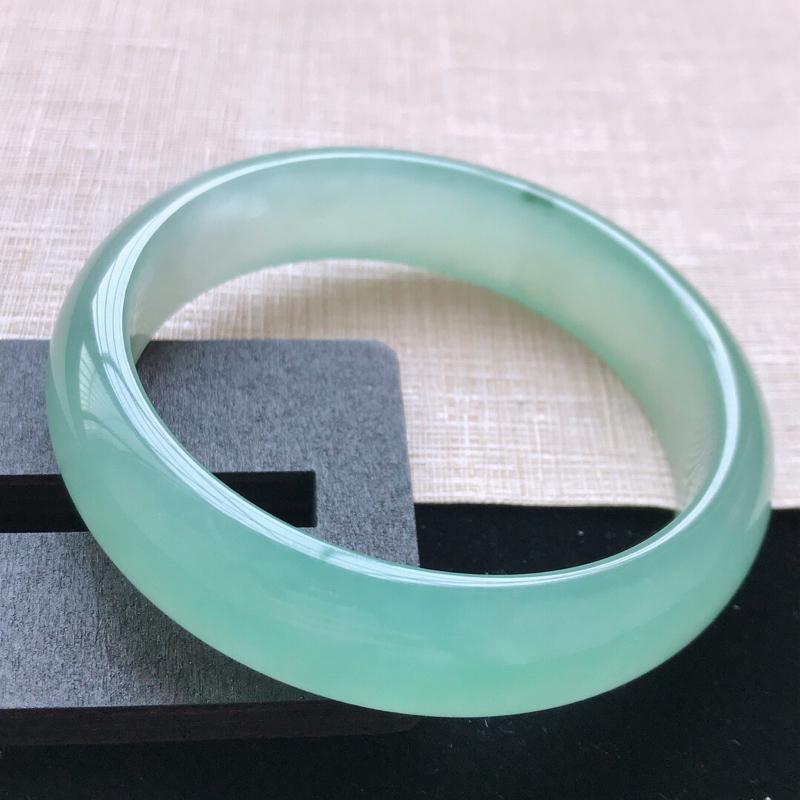 正圈:59.5。天然翡翠A货。老坑冰糯种湖水绿手镯。冰润起胶感,佩戴高贵优雅。尺寸:59.5*15*