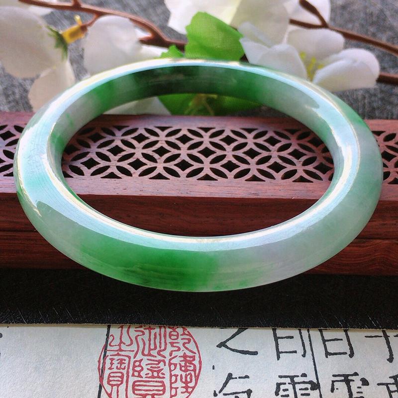 缅甸翡翠56圈口带绿圆条手镯,自然光实拍,颜色漂亮,玉质莹润,佩戴佳品,尺寸:56.2*7.7*9.