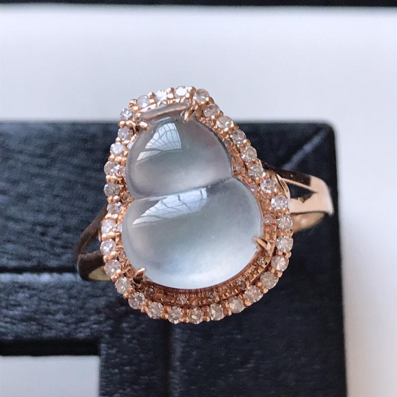 天然翡翠A货。冰种葫芦戒指。圈口:17mm。18K金镶嵌伴钻。水润通透,品相极佳。镶金尺寸:15*1
