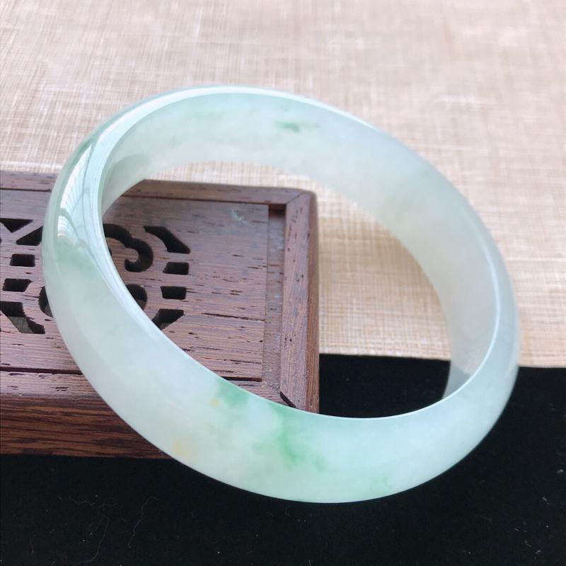 正圈:59。天然翡翠A货老坑冰糯种飘绿花手镯。水润通透,佩戴清秀优雅。尺寸:59*15*6.8mm