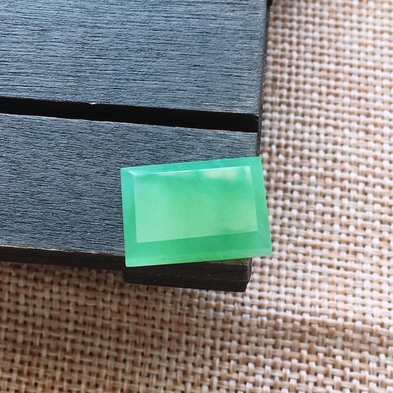 自然光实拍,缅甸a货翡翠,冰种方形戒面,种好水润,玉质细腻,雕工精细,漂亮,品相佳,需镶嵌