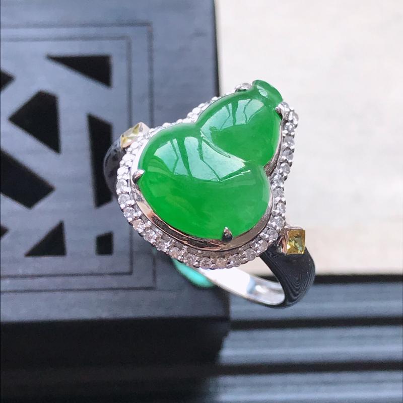 天然翡翠A货18K金镶嵌伴钻糯化种满绿精美葫芦戒指,内径尺寸18.6mm,