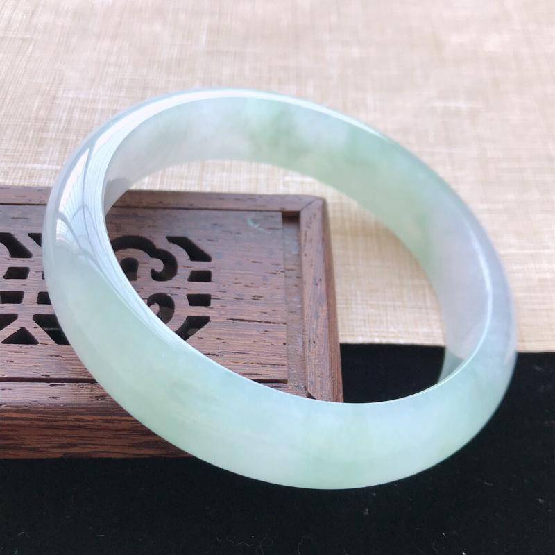 正圈:61。天然翡翠A货老坑冰糯种飘绿手镯。玉质莹润,佩戴清秀优雅。尺寸:61*14.6*8mm
