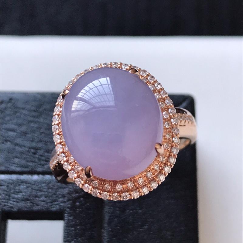 天然翡翠A货。紫罗兰蛋面戒指。圈口:17mm。18K金镶嵌伴钻。水润通透,色泽鲜艳。镶金尺寸:16.