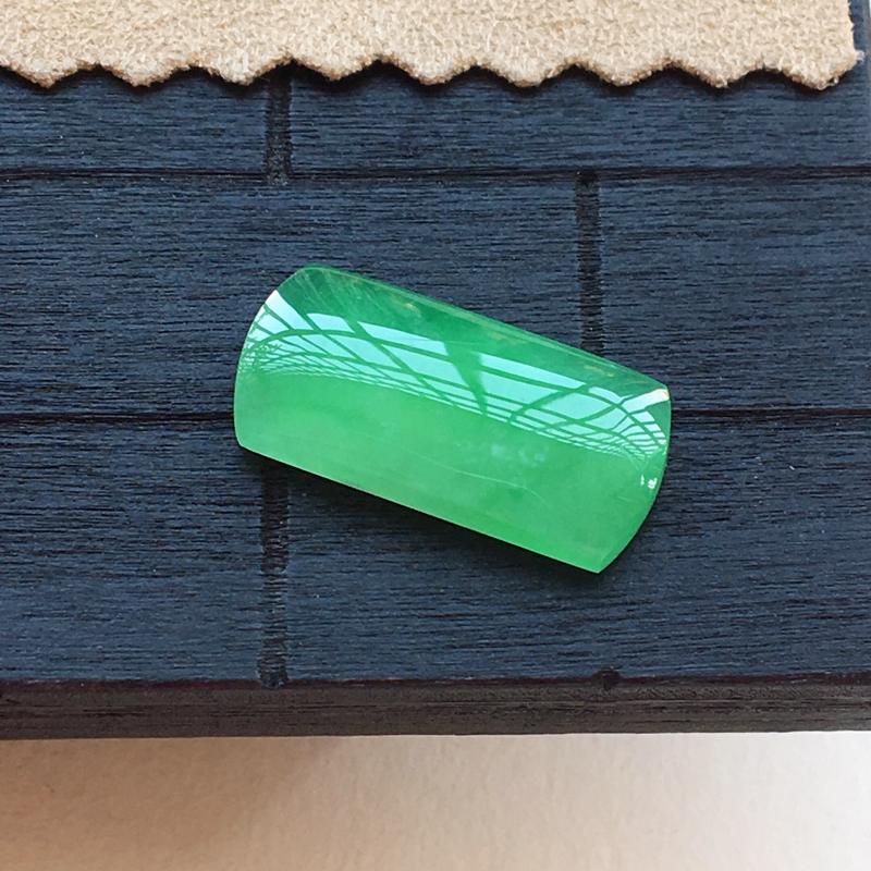 自然光实拍,缅甸a货翡翠,满绿马鞍,种好水润,颜色漂亮,玉质细腻,镶嵌效果好