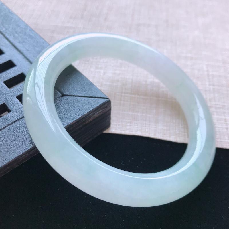 圆条:58.5。天然翡翠A货老坑糯化种浅绿圆条手镯。水润通透,佩戴清秀优雅。尺寸:58.5*10.8