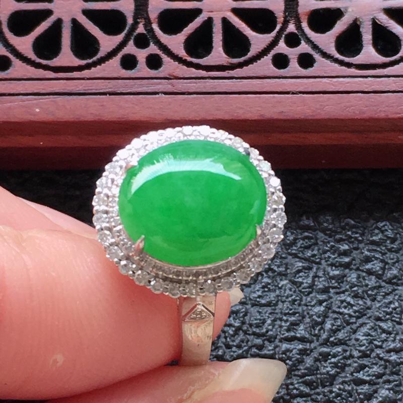 缅甸翡翠16圈口18k金伴钻镶嵌浅绿蛋面戒指,自然光实拍,颜色漂亮,玉质莹润,佩戴佳品,内径:16.