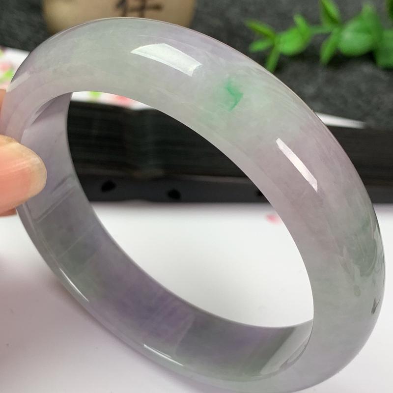 缅甸a货翡翠,春带彩正圈手镯56.6mm玉质细腻,颜色艳丽,条形大方得体,有种有色,佩戴效果更佳