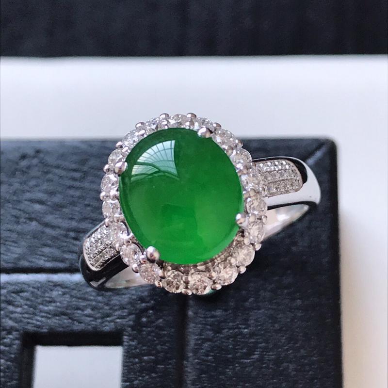 天然翡翠A货。满绿蛋面戒指。圈口:17mm。18K金镶嵌伴钻。冰润通透,色泽鲜艳。镶金尺寸:13*1