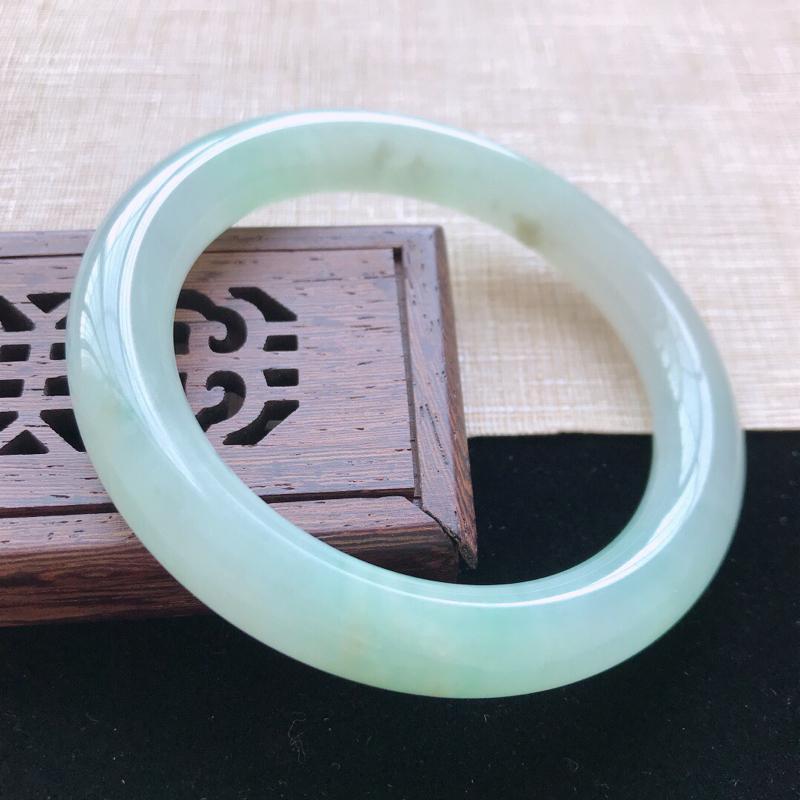 圆条:55.5。天然翡翠A货老坑糯种飘绿圆条手镯。玉质莹润,佩戴清秀优雅。尺寸:55.5*10.5m