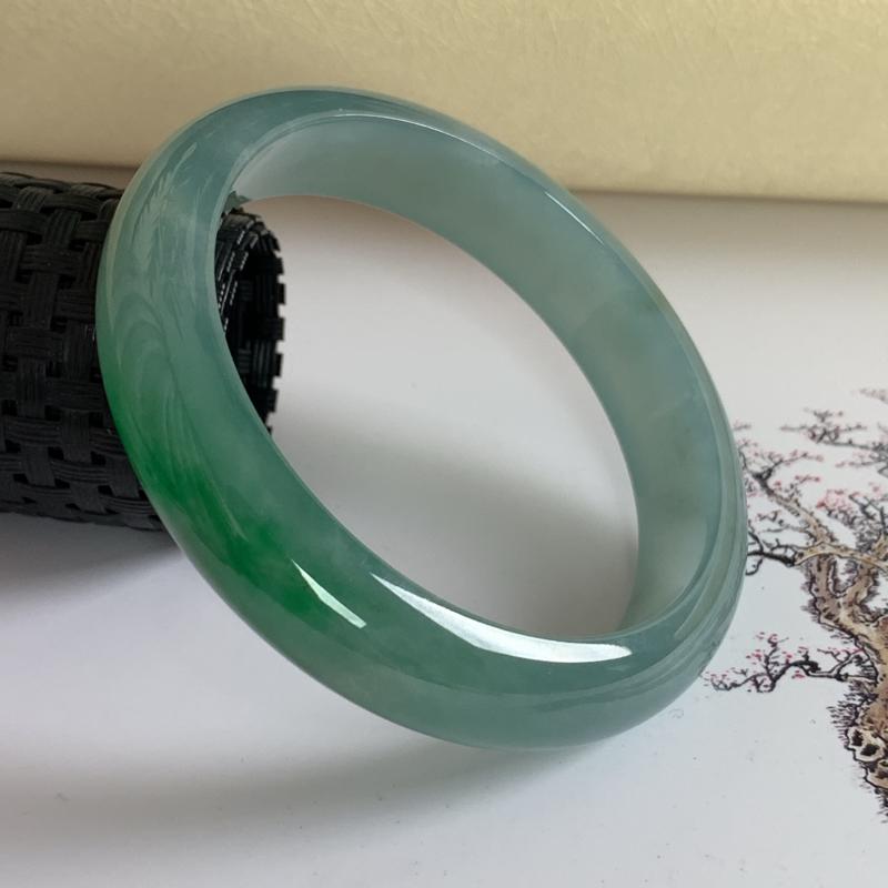 水润飘绿翡翠正圈手镯56.3mm,尺寸56.3*12.8*7.3mm,料子细腻,莹润透亮,色彩鲜艳,