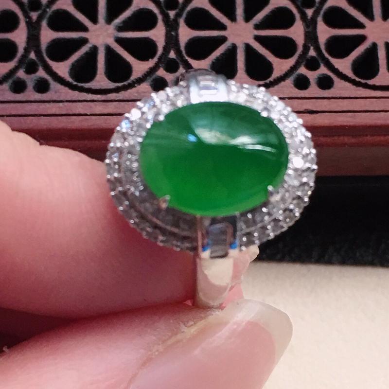 缅甸翡翠16圈口18k金伴钻镶嵌满绿蛋面戒指,自然光实拍,颜色漂亮,玉质莹润,佩戴佳品,内径:16.